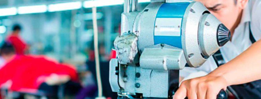 hombre trabajando con maquinaria
