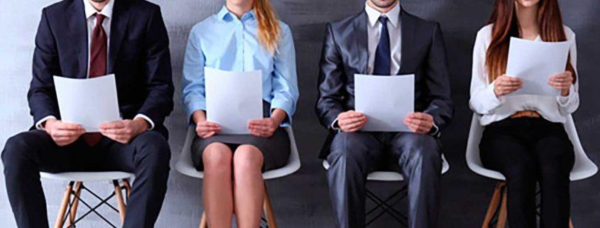 grupo de jóvenes profesionales leyendo sentados