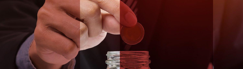 ejecutivo guardando una moneda en un frasco